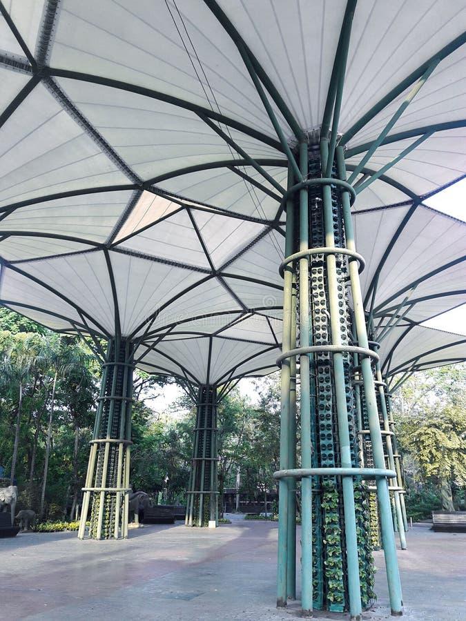 大地测量学的玻璃纤维圆顶屋顶结构、纹理和背景 库存图片
