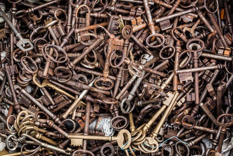 大块汇集的减速火箭的黄铜钥匙在车库售物 免版税库存照片