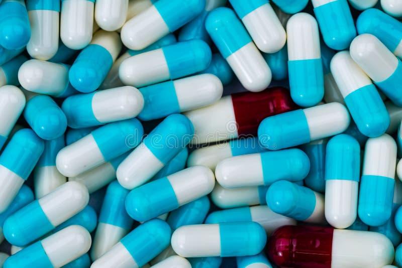 大块青白和红白的胶囊药片 沾染在配药制造业生产线  药物相互作用 图库摄影