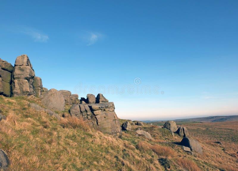 大坚固性gritstone露出的全景在大岩层在近西约克todmorden的bridestones的 免版税库存图片