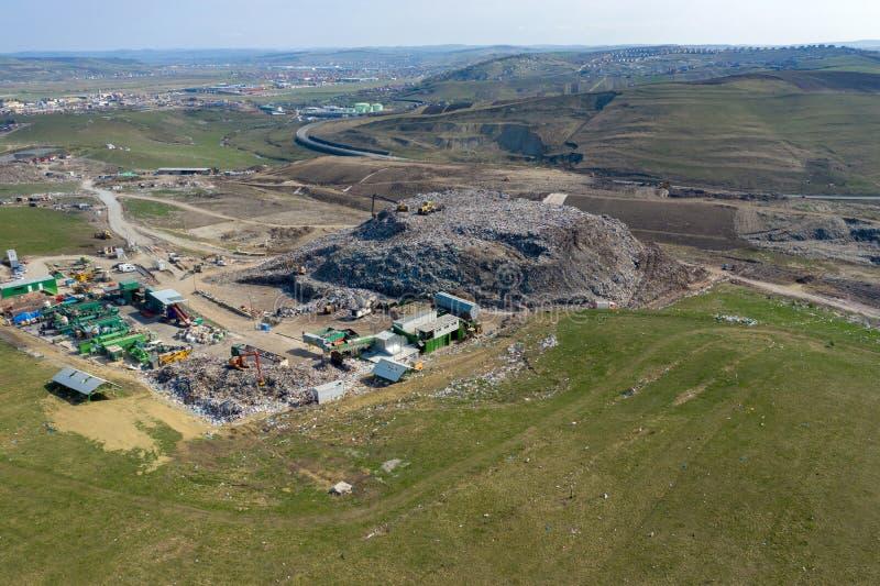 大垃圾填埋鸟瞰图  废垃圾堆,环境污染 免版税库存照片