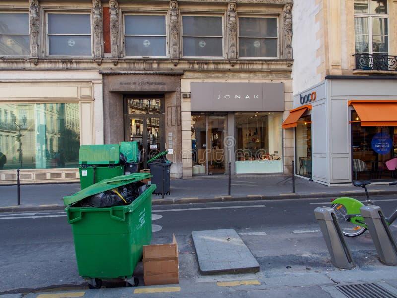 大型垃圾桶和垃圾箱在街道,巴黎,法国上 免版税库存图片