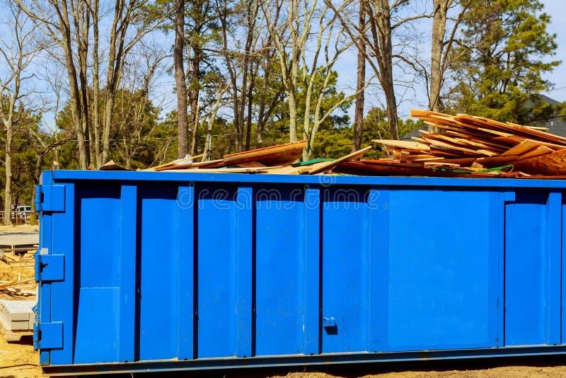 大型垃圾桶,在新的工地工作公寓修造附近回收废物和垃圾桶 免版税库存图片