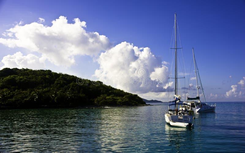 大型装配架对等待的海岛风帆 图库摄影