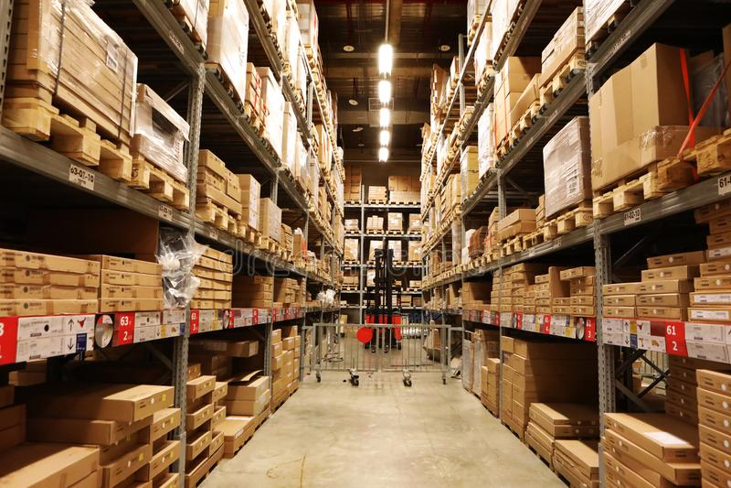 大型超级市场,后勤学集中,储藏,搁置在显示的物品, 免版税库存图片