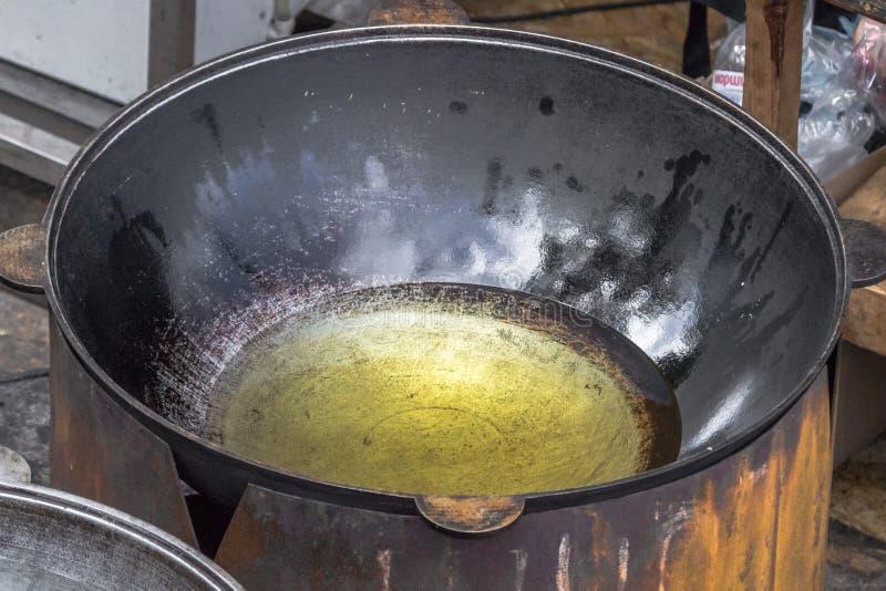大型铸铁冰刀中的葵花油 库存图片