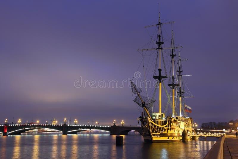 大型驱逐舰雍容 Neva河 St彼得斯堡 库存图片