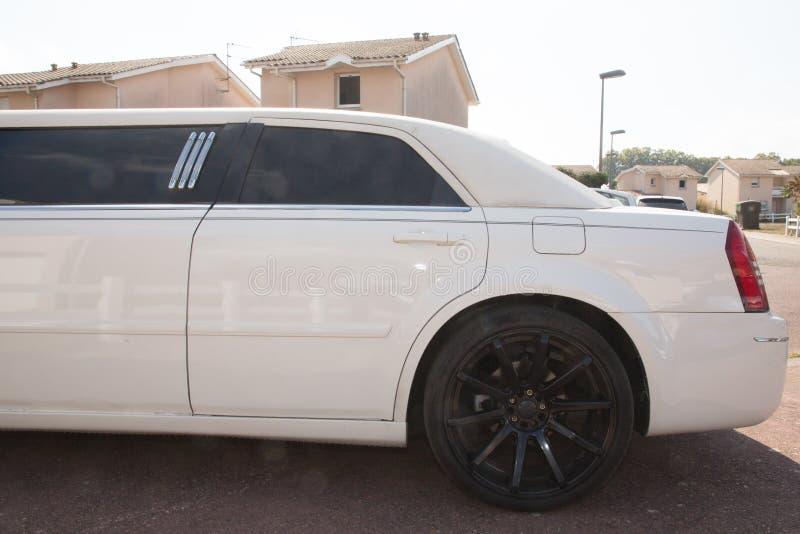 大型高级轿车白色后方豪华出租车大型高级轿车 库存图片
