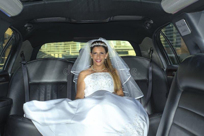 大型高级轿车的新娘白肤金发的妇女 库存照片