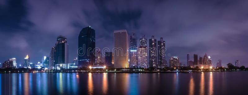 大城市在与水波的反射的夜生活中 长的曝光技术 风景全景  镇和都市概念 库存图片