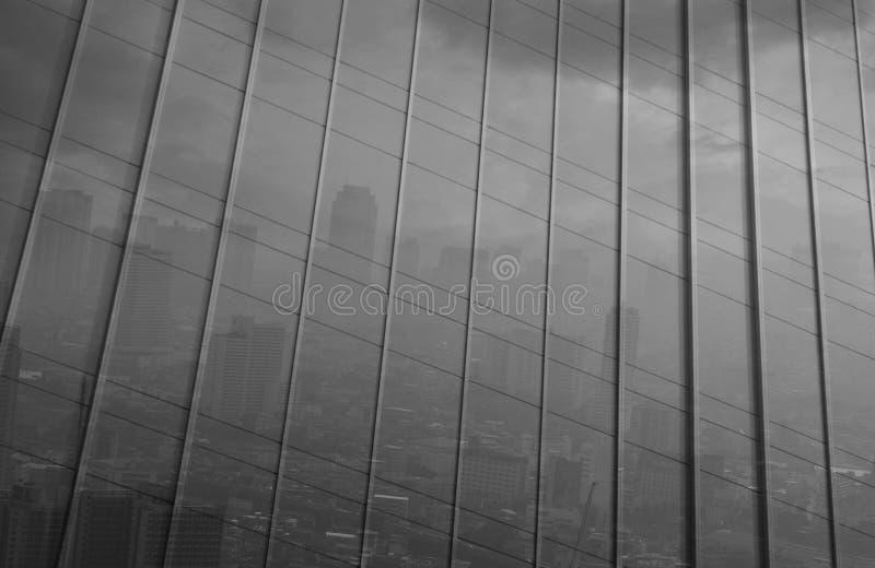 大城市的反射办公楼金属墙壁的,染黑a 免版税库存图片