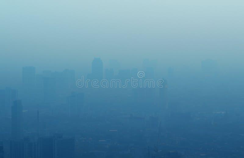 大城市迷离雾的,蓝色口气 免版税库存图片