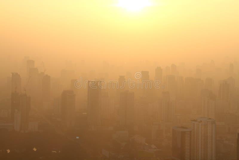 大城市,曼谷,泰国鸟瞰图有薄雾的日出的 库存图片