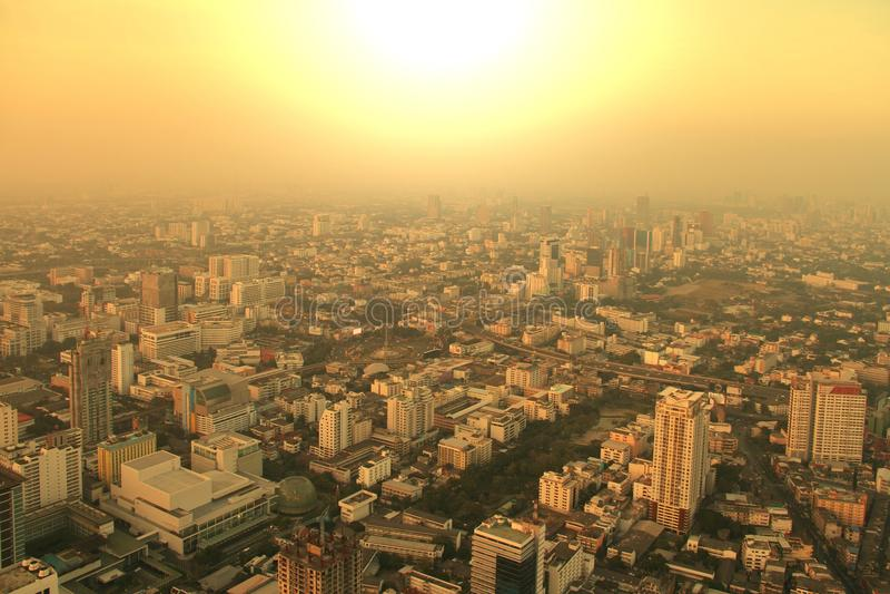 大城市,曼谷,泰国鸟瞰图有薄雾的日出的 免版税库存图片