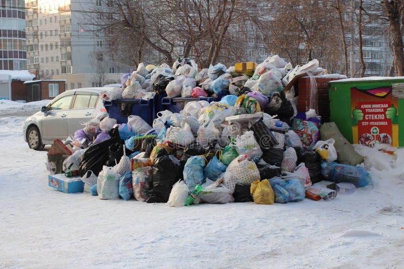大堆塑料袋在城市转储的垃圾和家庭废物在冬天在新西伯利亚污染环境 库存照片