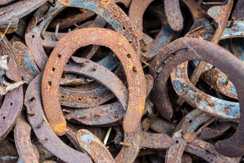 大堆生锈的使用的马掌 库存照片