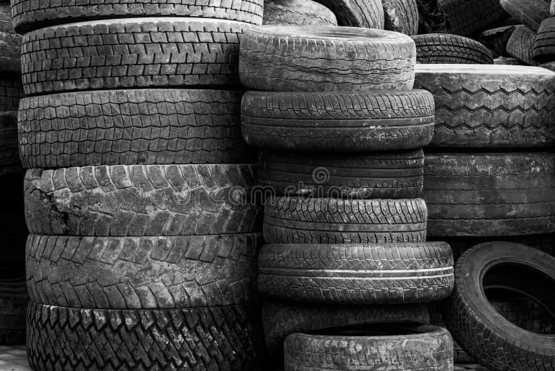 大堆老使用的橡胶车胎 Trasportation回收的产业废物 库存图片