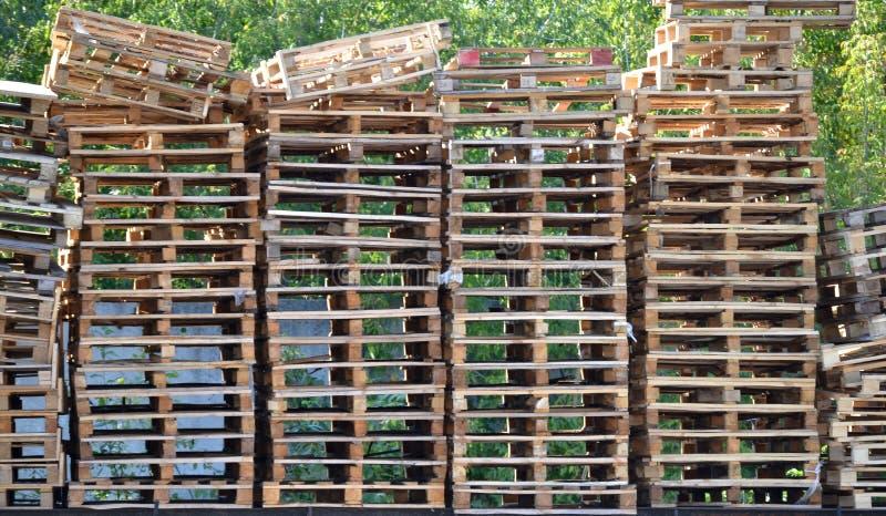 大堆许多运输或运输铲车举的推车码垛车的木板台 库存图片