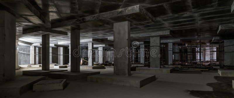 大大厦的地下室的具体建筑 免版税库存照片