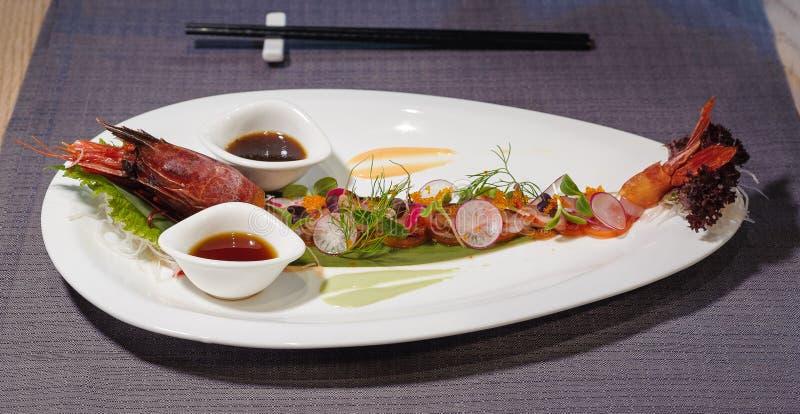 大大虾用ponzu沙拉,萝卜, salm的调味汁和装饰 库存图片