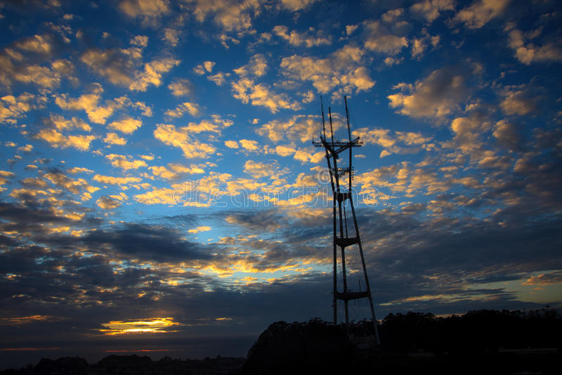 Download 大天空塔 库存照片. 图片 包括有 游人, 访问, 地标, 孪生, 小山, 电视, 云彩, 顶层, 城市 - 22353032