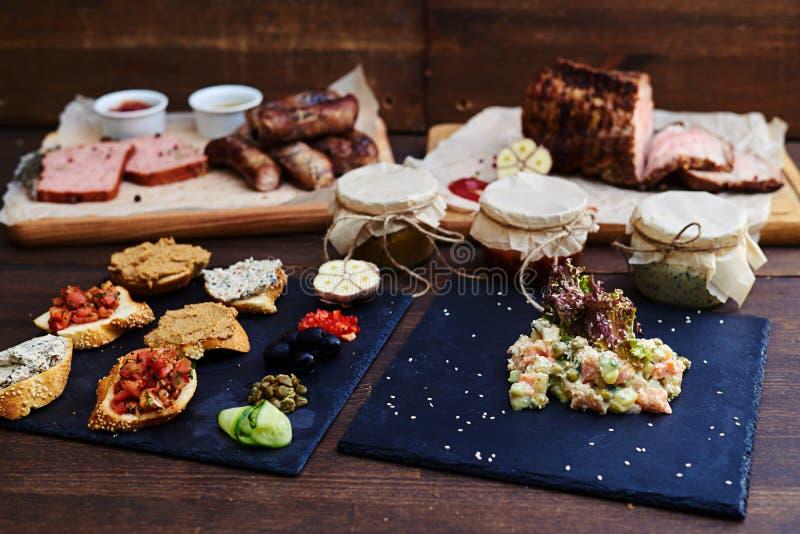 大套不同的开胃菜和主菜服务求爱 图库摄影