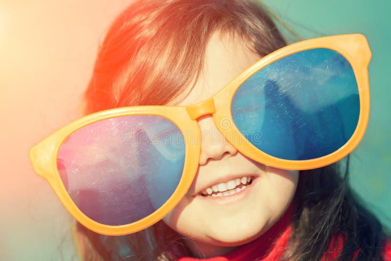 大女孩小的太阳镜 免版税库存图片