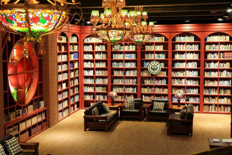 大学图书馆、图书馆阅览室有书的和书架 免版税库存图片