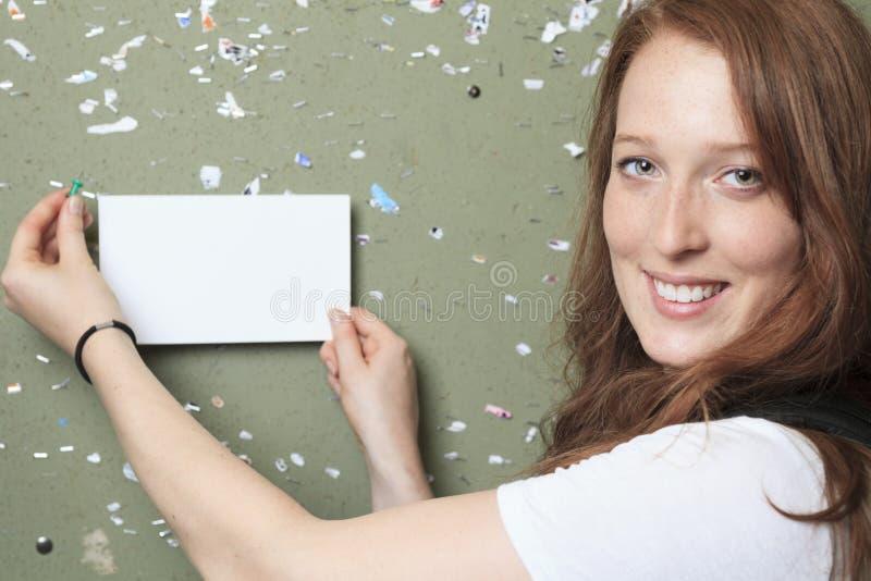 大学学院看起来学生的女孩愉快 免版税库存照片