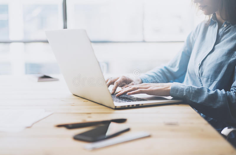 大学工作过程概念 工作与普通设计膝上型计算机的学生女孩新的项目 智能手机木桌 库存照片