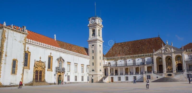 大学正方形和钟楼的全景在科英布拉 图库摄影