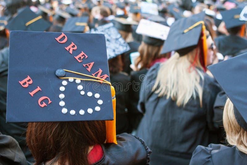 大学毕业生佩带与消息的灰浆板作大 库存照片