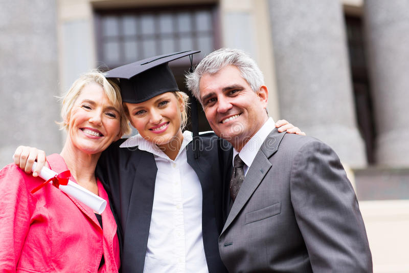 大学毕业生父母 库存照片