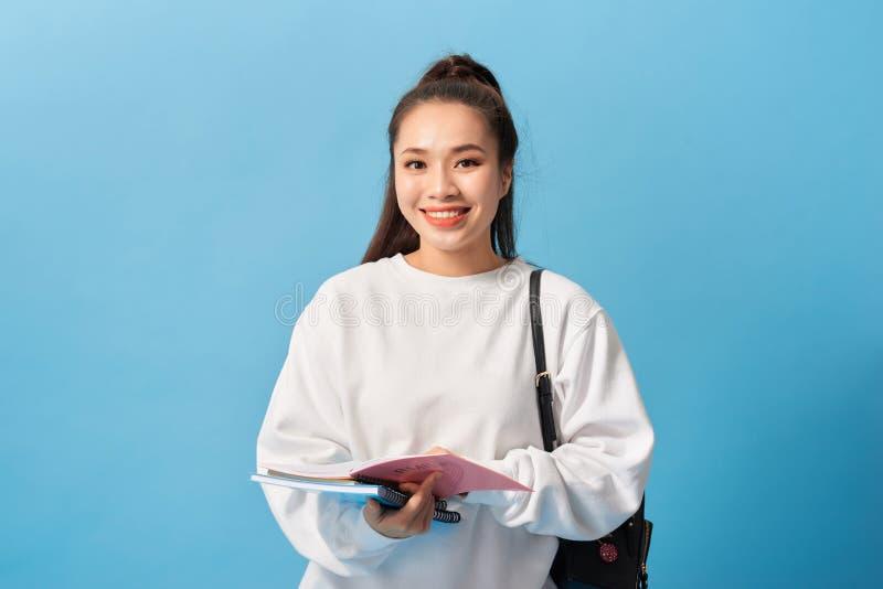 大学生女孩 一个美丽的年轻亚裔女学生的被隔绝的画象 免版税图库摄影