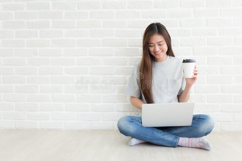 大学生是微笑和使用膝上型计算机,自学概念 免版税图库摄影
