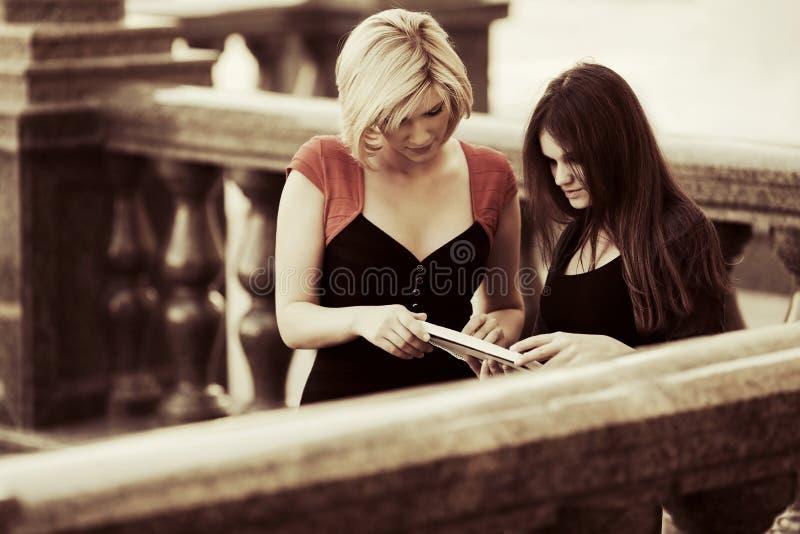 大学的两个年轻女学生 库存图片