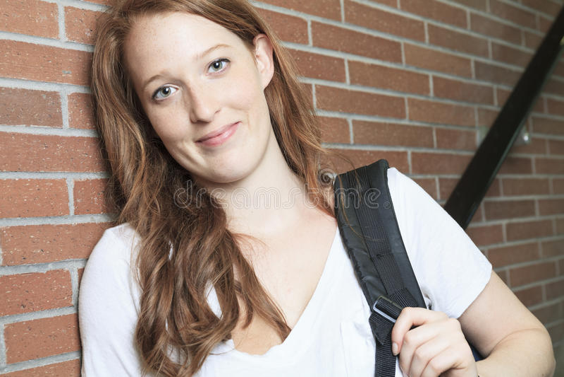 大学/看起来大学生的女孩愉快 库存照片