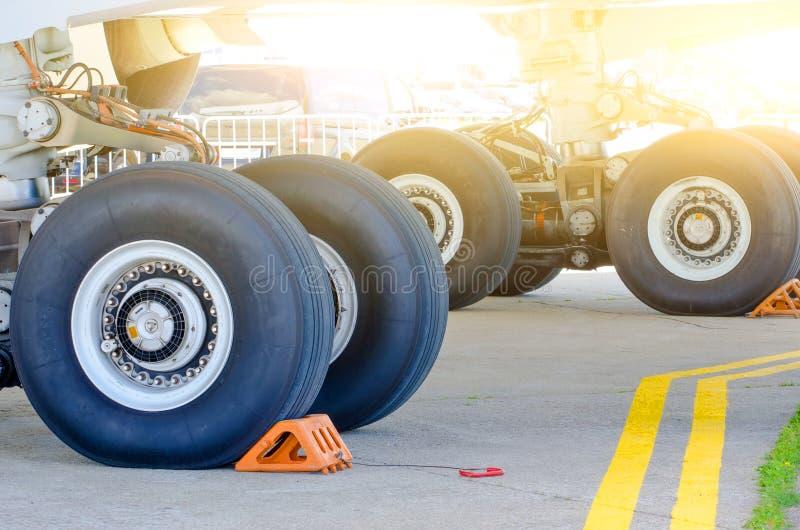 大客机特写镜头高详细的视图前面起落架  免版税库存图片