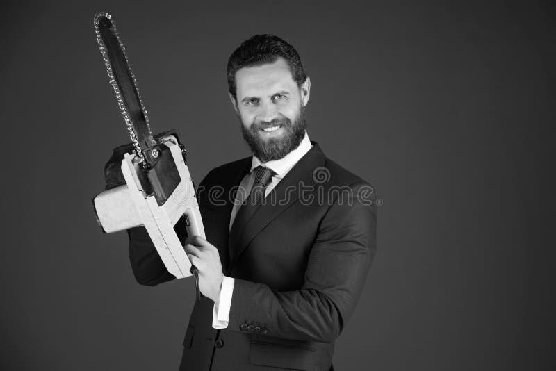 大家的锯 愉快的人或有胡子的商人举行黄色锯在成套装备 免版税图库摄影
