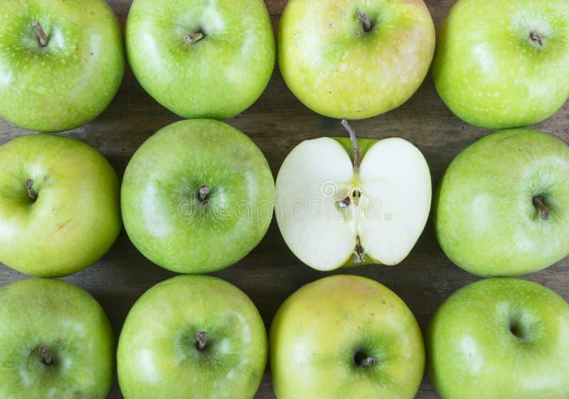 大小组在木桌上的健康,绿色苹果 库存图片