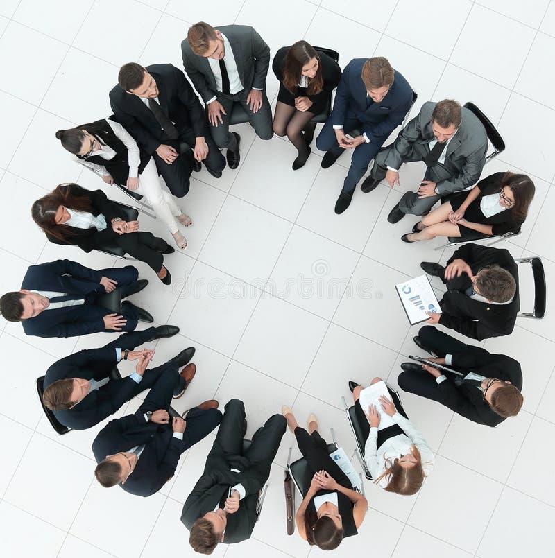 大小组坐在业务会议上的商人 图库摄影