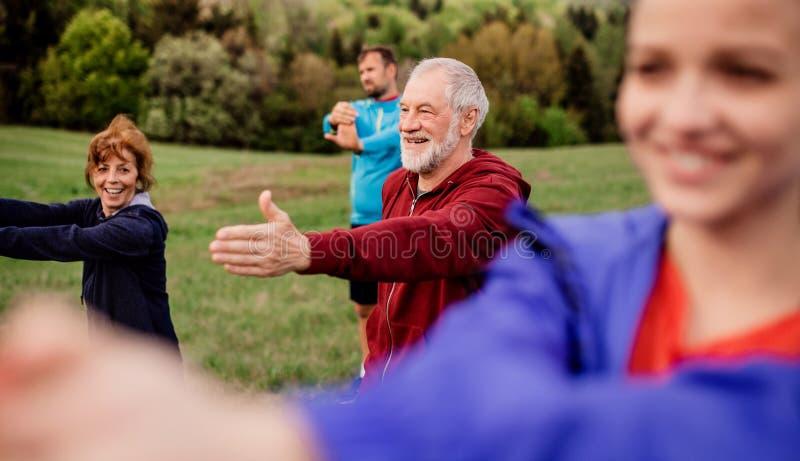 大小组适合和做锻炼本质上的活跃人民,舒展 免版税图库摄影