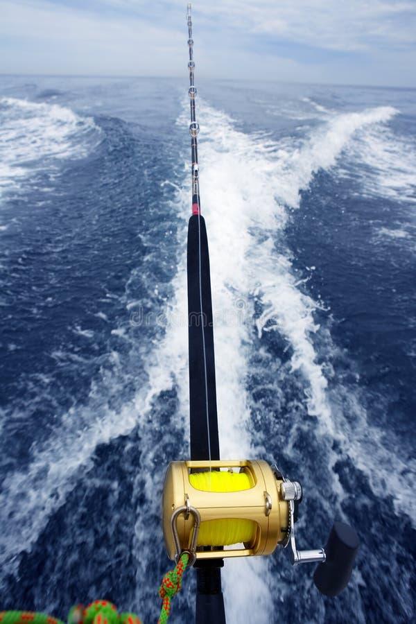 大小船捕鱼比赛卷轴标尺苏醒 免版税库存图片
