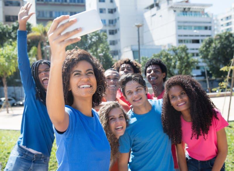 大小组拉丁和白种人和非裔美国人的妇女 免版税库存照片
