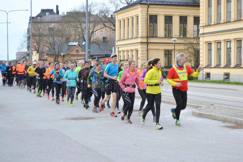 大小组赛跑者在斯德哥尔摩 图库摄影