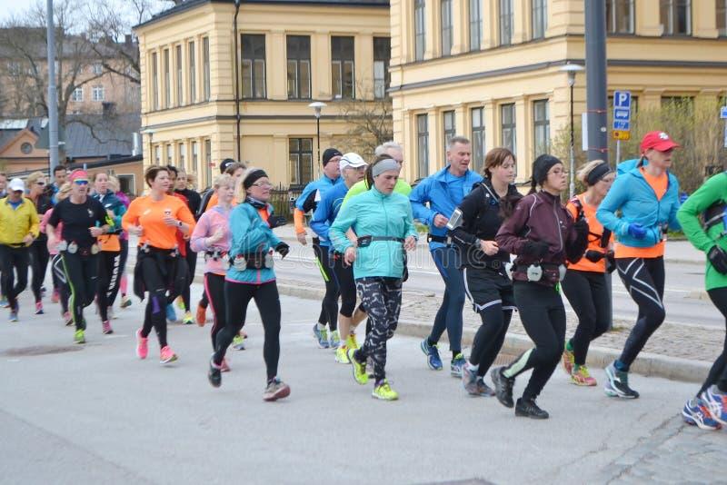 大小组赛跑者在斯德哥尔摩 免版税库存照片