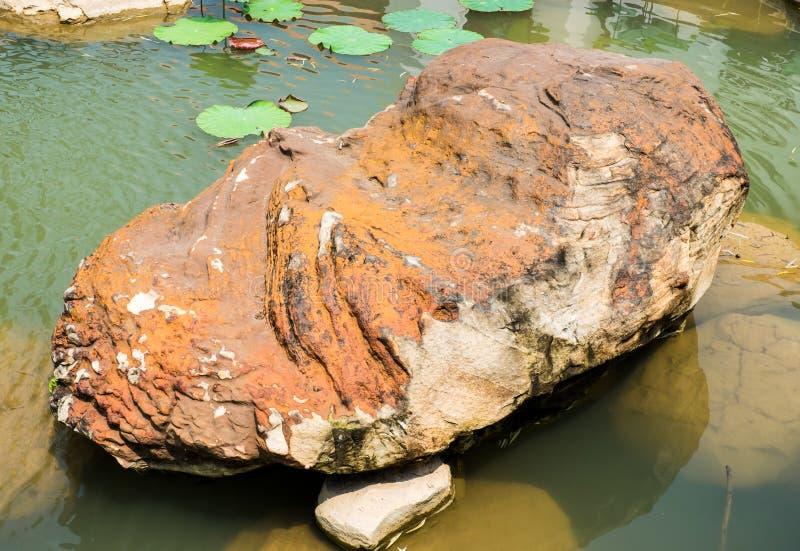 大岩石在中国庭院里 图库摄影