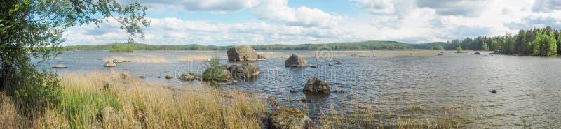 大岩石看法在päijänne湖在夏天 免版税图库摄影