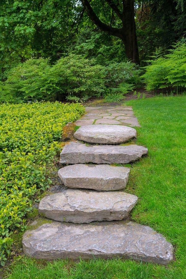 大岩石石头步和石板庭院道路 免版税图库摄影
