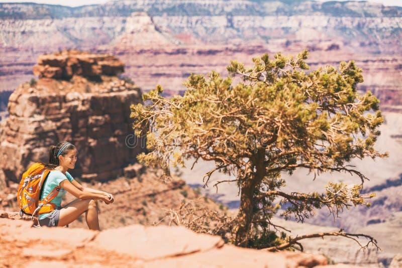 大峡谷基于沙漠远足的徒步旅行者妇女 远足放松在南Kaibab足迹的亚裔女孩,大峡谷南外缘, 免版税图库摄影